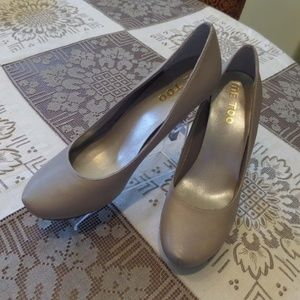 Me Too Dove Gray Leather Platform Pumps Size 7.5M